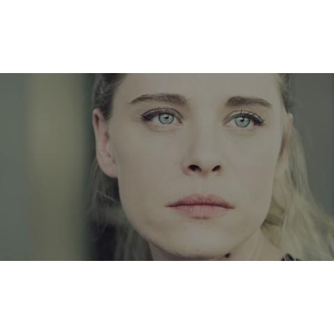 青い眼の女